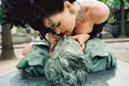 Dita VonTeese kissing a bronze statute